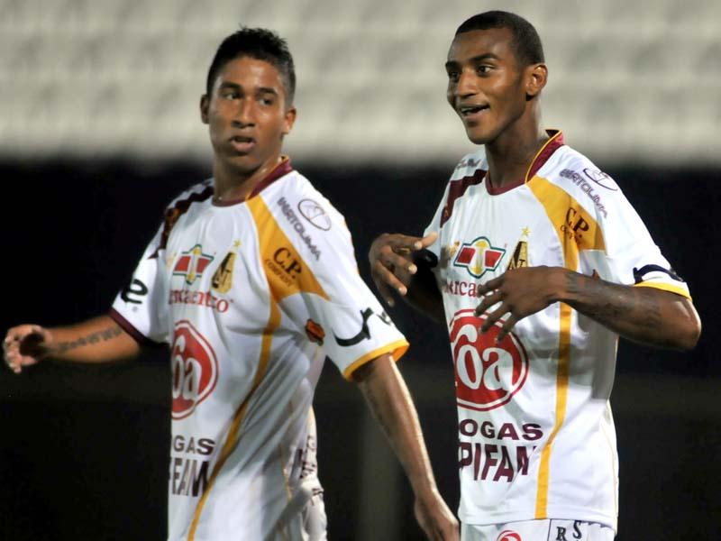 El-jugador-de-Tolima-Danny-Santoya-d-celebra-un-gol-ante-el-Guaran-con-su-compaero-de-equipo-Christian-Marrugo-i